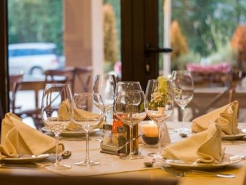 restaurant-wine-glasses-served-51115_800x532